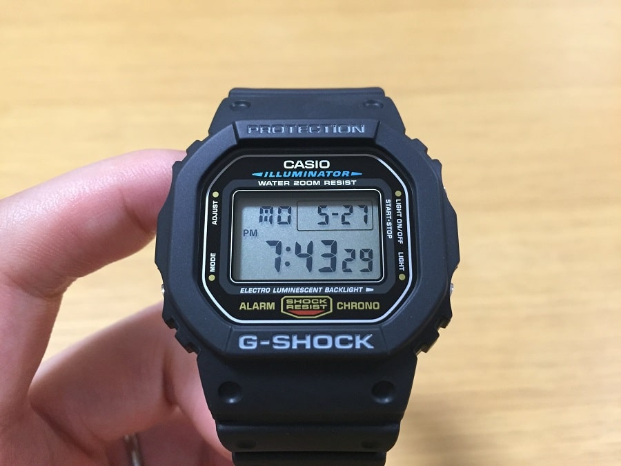 1420d90a3d G-ショックと言えばやはり定番の四角い形のスクエアケース。1983年から変わらず作られ続けているのは、ただ一言「すごい!」。